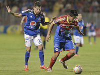 PASTO -COLOMBIA, 12-07-2015: Daniel Briceño (Der) jugador del Deportivo Pasto disputa el balón con Jonathan Agudelo (Izq) jugador de Millonarios durante partido por la primera fecha de la Liga Águila II 2015 jugado en el estadio La Libertad de la ciudad de Pasto./ Daniel Briceño (R) player of Deportivo Pasto vies for the ball with Jonathan Agudelo (L) player of Millonarios during the match for the first date of the Aguila League II 2015 played at La Libertad stadium in Pasto city. Photo: VizzorImage / Gabriel Aponte / Staff
