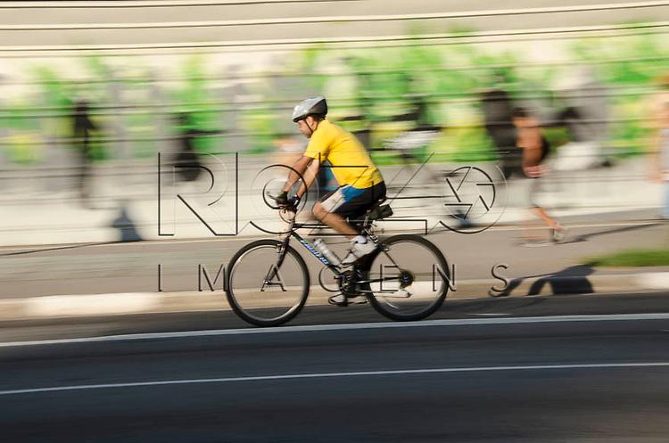 Ciclista na Avenica Paulista, São Paulo-SP, 01/2014.