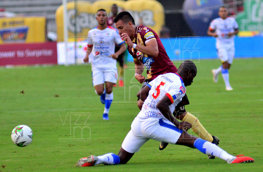 IBAGUE - COLOMBIA, 14-04-2019: Alex Castro de Deportes Tolima disputa el balón con Geisson Perea de Deportivo Pasto, durante partido entre Deportes Tolima y Deportivo Pasto, de la fecha 15 por la Liga Águila I 2019, jugado en el estadio Manuel Murillo Toro de la ciudad de Ibague. / Alex Castro of  Deportes Tolima vies for the ball with Geisson Perea of Deportivo Pasto, during a match between Deportes Tolima and Deportivo Pasto of the 15th date for the Aguila League I 2019, played at Manuel Murillo Toro stadium in Ibague city. Photo: VizzorImage / Juan Carlos Escobar / Cont.