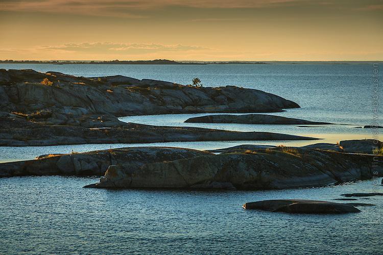 Klippor  i skymning vid Kallskär i Stockholms ytterskärgård