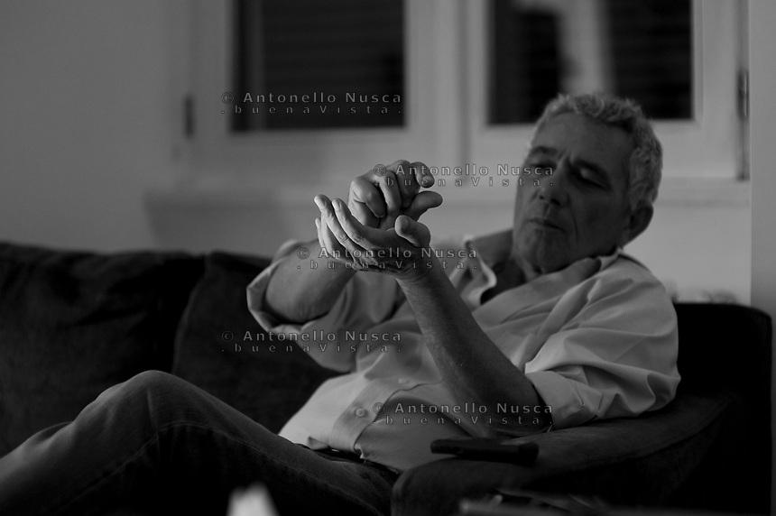 Roma, 22 ottobre, 2014. Il giornalista de la Repubblica e scrittore Attilio Bolzoni nella sua casa di Roma.