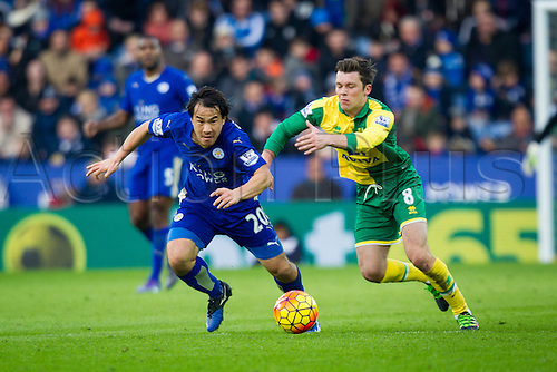 27.02.2016. King Power Stadium, Leicester, England. Barclays Premier League. Leicester City versus Norwich City. Shinji Okazaki of Leicester City competes with Jonny Howson of Norwich City.