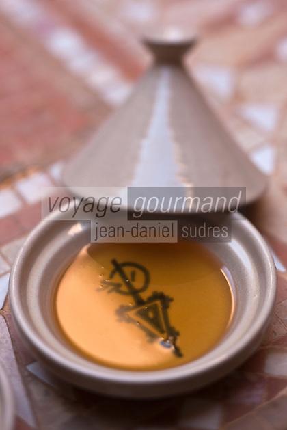 Afrique/Afrique du Nord/Maroc/Province d'Agadir/Tighanimine Elbaz: Huile d'Argan artisanale de   la Coopérative féminine de Tighanimine Elbaz au fond du plat à tajne, la fibule berbère qui est le symbole de la culture berbère