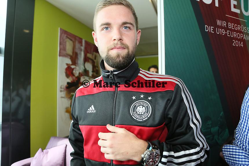 Marc Stendera (U19) mit seiner Uhr - Empfang der Deutschen U-19 Nationalmannschaft nach dem Europameistertiteil am Frankfurter Flughafen