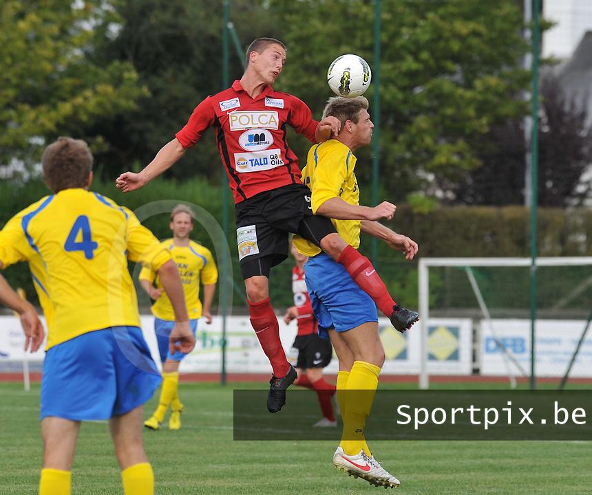 KFC Izegem - Cappellen / Kappellen FC : Stijn De Deygere klimt hoger dan Wesley Geuens (rechts).foto VDB / BART VANDENBROUCKE