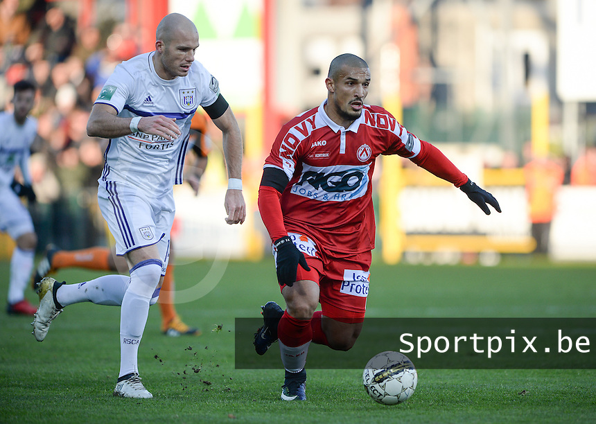 KV Kortrijk - RSC Anderlecht : Idriss Saadi (r) in duel met Bram Nuytinck (links)<br /> Foto David Catry | VDB | Bart Vandenbroucke