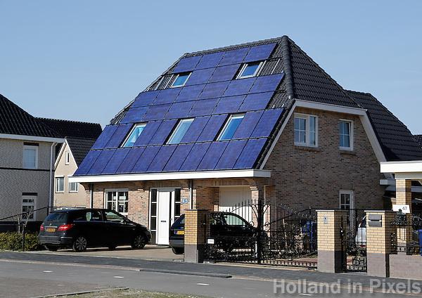 Huis met zonnepanelen op het dak
