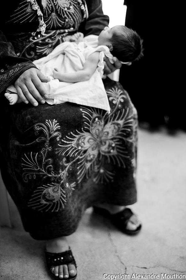 Cette femme refuse d'&ecirc;tre photographi&eacute;e par peur des repr&eacute;sailles envers sa famille rest&eacute;e en Syrie. Elle est kurde, de Syrie. Elle a fui, enceinte, avec 3 autres enfants et un seul passeport. Elle est h&eacute;berg&eacute;e &agrave; Nusaybin pour 15 euros par jour. Son b&eacute;b&eacute; a pu na&icirc;tre en paix comme ceux de sa voisine. Elles sont deux familles &agrave; vivre dans cette maison du centre ville. Il n'y a pas d'hommes, tu&eacute;s ou rest&eacute;s en Syrie.<br /> <br /> This woman refuses to be photographed for fear of reprisals against his family remained in Syria. she is Kurdish from Syria. She fled, pregnant, with three other children and one passport. they are hosted in Nusaybin for 15 euros per day. Her baby has been born in peace as those of her neighbor. They are two families living in this house downtown. There are no men, killed or remained in Syria.