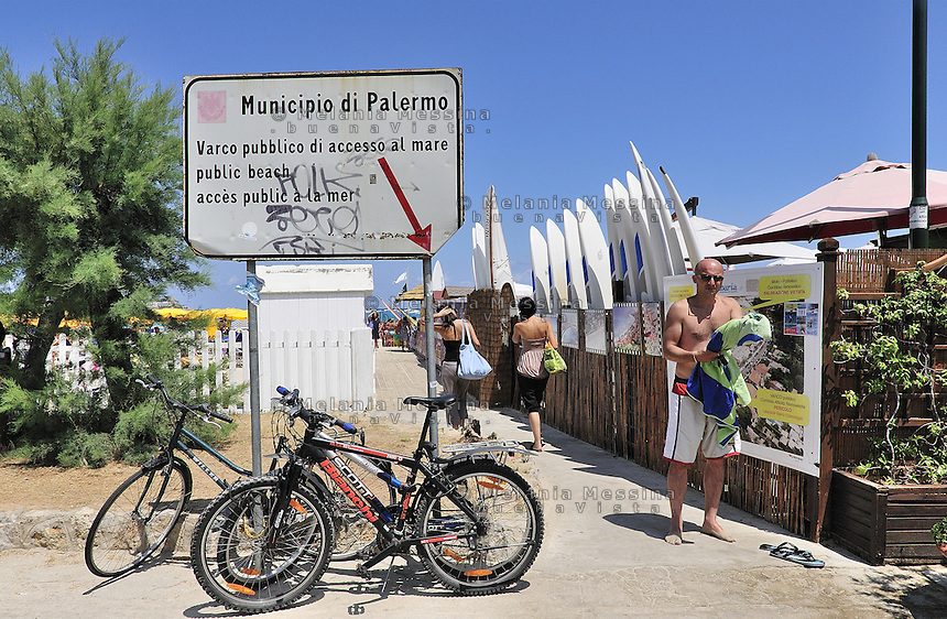 Public entrance to Mondello beach, the most crowded in the coast of Palermo during summertime.<br />