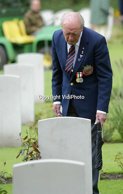 Foto: VidiPhoto..OOSTERBEEK - Britse veteranen zoeken woensdag op de ..Airborne-begraafplaats in Oosterbeek naar het graf van hun gevallen kameraden. De oorlogshelden verblijven deze week bij gastgezinnen in de omgeving voor de 60-jarige herdenking van de operatie Market Garden. Hoewel zondag de officiële herdenking pas plaatsvindt, brengen veel veteranen nu al een bezoek aan het militaire ereveld.