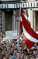 """LETTLAND, 20.08.91.Riga.Während des Anti-Gorbatschow-Putsches versuchen sowjetische Truppen, die Kontrolle über Riga zu erhalten, mit dem Scheitern des Putsches gewinnt Lettland endgültig seine Unabhängigkeit..- Lettische Massendemonstration hinter dem Parlament: """"Nein zum roten Terror!"""".During the anti-Gorbachev-coup Soviet troops try to obtain control of Riga. With the failure of the coup Latvia finally regains its independence. - Latvian mass demonstration behind the parliament: """"No to red terror!"""".© Martin Fejér"""