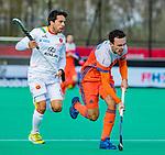 ROTTERDAM - Diede van Puffelen (NED)  met Marc Salles (Spain)    tijdens   de Pro League hockeywedstrijd heren, Nederland-Spanje (4-0) . COPYRIGHT KOEN SUYK