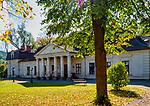 Ropa 07-10-2019, Zabytkowy zespół dworski, w skład którego wchodzi dwór barokowo–klasycystyczny z 1803 oraz zespół parkowy założony po południowej stronie dworu. PAP/Jerzy Ochoński