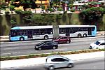 Transporte publico, onibus articulado, Sao Paulo. 2018. Foto de Juca Martins.