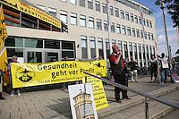 Redner Rudi Heclhler (DKP). Zahlreiche Besucher bei der Mahnwache der Bürgerinitiative gegen den Flughafenausbau vor dem Rathaus Walldorf. Damit wollten sie ein Zeichen setzen vor der geplanten Debatte um das Abhängen der Anti-Flughafenausbau-Banner in der Doppelstadt, ein Effekt des durch die Kommunalwahl bedingten Kurswechsels im Rathaus