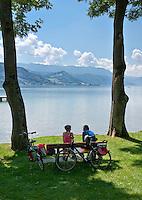 Austria, Upper Austria, Salzkammergut, near Seewalchen at Lake Attersee: resting at lakeside   Oesterreich, Oberoesterreich, Salzkammergut, bei Seewalchen am Attersee: Rast am Seeufer