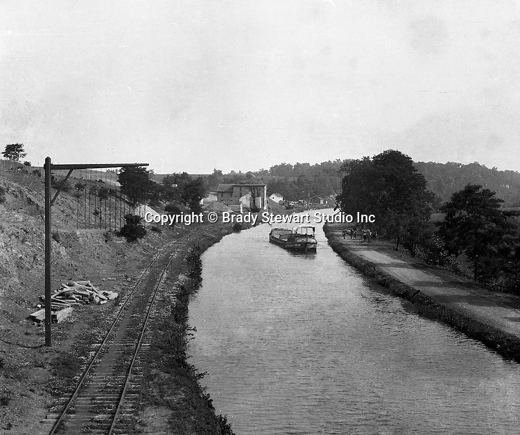 Buffalo NY:  The Erie Canal near Buffalo New York.  Horses on the towpath pulling the boat - 1914