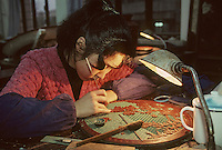 Asie/Chine/Jiangsu/Env Nankin/Yangzhou: L'art de la fabrication des meubles en laque - ouvrière peignant à la main<br /> PHOTO D'ARCHIVES // ARCHIVAL IMAGES<br /> CHINE 1990