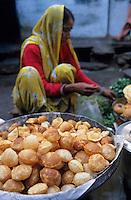 """Asie/Inde/Rajasthan/Udaipur: Marché Mandi - Détail étal d'une marchande de """"puri"""" pâte frite pour le petit déjeuner"""