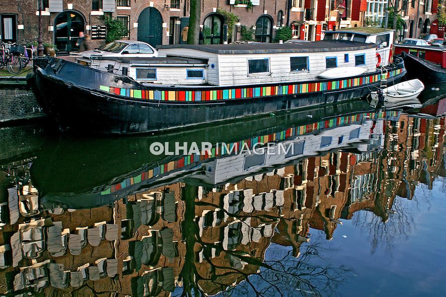 Barco-casa em canal de Amsterdã. Holanda. 2007. Foto de Marcio Nel Cimatti.