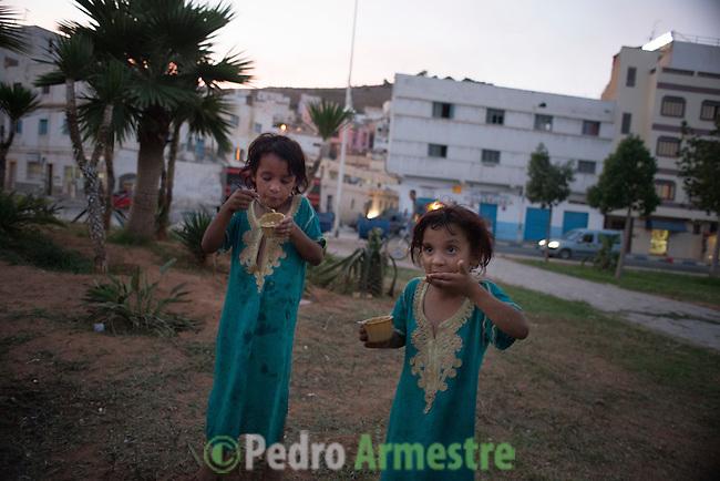 13 septiembre 2015. Nador. Marruecos.<br /> Almas y Mirna, de 6 y 5 a&ntilde;os de edad, son dos hermanas sirias que, junto a sus padres y otros dos hermanos, est&aacute;n bloqueadas en Nador (Marruecos) esperando a poder cruzar a Melilla para comenzar una nueva vida en Europa. Desde que salieron de Siria, estas ni&ntilde;as dejaron de recibir educaci&oacute;n y sus padres cuentan c&oacute;mo han vivido el viaje, atravesando Turqu&iacute;a, Argelia y Marruecos, con miedos y tristeza. La ONG Save the Children exige al Gobierno espa&ntilde;ol que tome un papel activo en la crisis de refugiados y facilite el acceso de estas familias a trav&eacute;s de la expedici&oacute;n de visados humanitarios en el consulado espa&ntilde;ol de Nador. Save the Children ha comprobado adem&aacute;s c&oacute;mo muchas de estas familias se han visto forzadas a separarse porque, en el momento del cierre de la frontera, unos miembros se han quedado en un lado o en el otro. Para poder cruzar el control, las mafias se aprovechan de la desesperaci&oacute;n de los sirios y les ofrecen pasaportes marroqu&iacute;es al precio de 1.000 euros. Diversas familias han explicado a Save the Children c&oacute;mo est&aacute;n endeudadas y han tenido que elegir qui&eacute;n pasa primero de sus miembros a Melilla, dejando a otros en Nador. &copy; Save the Children Handout/PEDRO ARMESTRE - No ventas -No Archivos - Uso editorial solamente - Uso libre solamente para 14 d&iacute;as despu&eacute;s de liberaci&oacute;n. Foto proporcionada por SAVE THE CHILDREN, uso solamente para ilustrar noticias o comentarios sobre los hechos o eventos representados en esta imagen.<br /> Save the Children Handout/ PEDRO ARMESTRE - No sales - No Archives - Editorial Use Only - Free use only for 14 days after release. Photo provided by SAVE THE CHILDREN, distributed handout photo to be used only to illustrate news reporting or commentary on the facts or events depicted in this image.