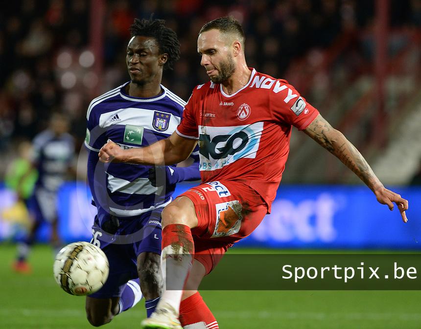 KV Kortrijk - RSC Anderlecht : Maxime Chanot (r) aan de bal voor Idrissa Sylla (links) <br /> Foto VDB / Bart Vandenbroucke