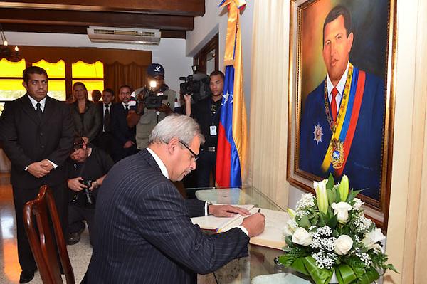 Presidente Danilo Medina, embajadores de algunos países, Diputados, Senadores y algunos venezolanos, firman el libro de condolencias a Venezuela por la muerte de su presidente Hugo Chávez, en la Embajada..Fotos: Carmen Suárez/acento.com.do.Fecha: 6/03/2013.