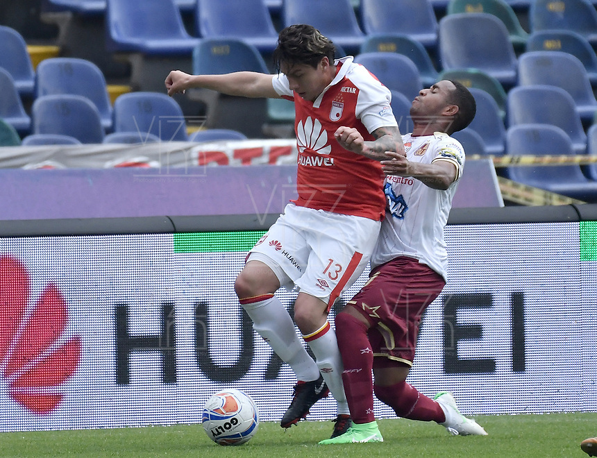 BOGOTÁ - COLOMBIA, 03-11-2018: Sebastian Salazar (Izq.) jugador de Santa Fe disputa el balón con Yohandry Orozco (Der.) jugador del Tolima durante el encuentro entre Independiente Santa Fe y Deportes Tolima por la fecha 18 de la Liga Águila II 2018 jugado en el estadio Nemesio Camacho El Campin de la ciudad de Bogotá. / Sebastian Salazar (L) player of Santa Fe struggles for the ball with Yohandry Orozco (R) player of Tolima during match between Independiente Santa Fe and Deportes Tolima for the date 18 of the Aguila League II 2018 played at the Nemesio Camacho El Campin Stadium in Bogota city. Photo: VizzorImage / Gabriel Aponte / Staff