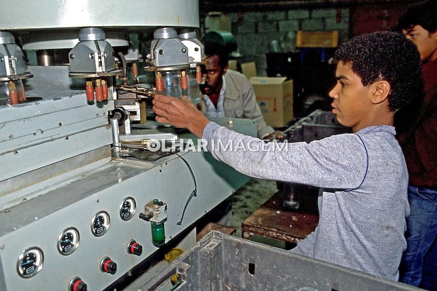 Adolescente trabalhando em indústria de vidros. São Paulo. 1984. Foto de Juca Martins..