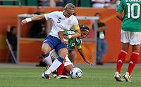 Wolfsburg , 270611 , FIFA / Frauen Weltmeisterschaft 2011 / Womens Worldcup 2011 , Gruppe B  ,  .England - Mexico .Faye White (England) gegen Maribel Dominguez (Mexico) .Foto:Karina Hessland .