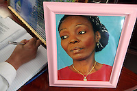 STO02. VILLA ALTAGRACIA (REPÚBLICA DOMINICANA), 07/12/2011.- Una mujer escribe un mensaje en el libro de condolencias por la muerte de la activista dominicana de ascendencia haitiana Sonia Pierre hoy, miércoles 7 de diciembre de 2011, durante el funeral en Villa Altagracia (República Dominicana). Pierre, fundadora del Movimiento de Mujeres Dominicanas y Haitianas, falleció el domingo pasado, a los 48 años, a causa de un infarto fulminante. EFE/Orlando Barría.