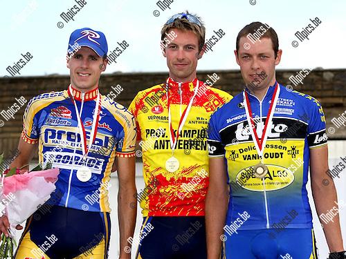 2008-06-22 / Wielrennen / PK Elite zc Antwerpen in Kasterlee / Het podium met winnaar Jef Peeters (midden) geflankeerd door Ward Bogaert en Bert Verboven..Foto: Maarten Straetemans (SMB)