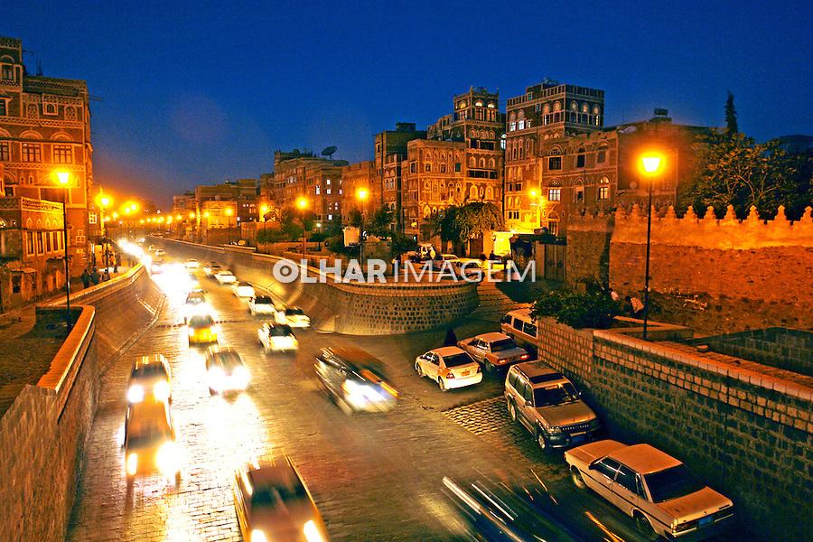 Avenida na cidade velha de Sanaa capital do Yemen. 2008. Foto de Caio Vilela.