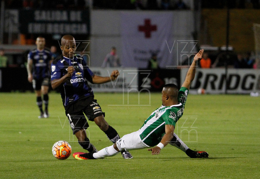 QUITO - ECUADOR - 20-07-2016: Julio Angulo (Izq.) jugador de Independiente Del Valle de Ecuador, disputa el balón con MacNelly Torres (Der.) jugador de Atletico Nacional de Colombia durante partido de ida por la final, entre Independiente Del Valle y Atletico Nacional por la Copa Bridgestone Libertadores 2016 en el Estadio Atahualpa, de la ciudad de Quito. / Julio Angulo (L) player of Independiente Del Valle de Ecuador vies for the ball with MacNelly Torres (R) player Atletico Nacional of Colombia, during a match for the first leg for the final between Independiente Del Valle and Atletico Nacional for the Bridgestone Libertadores Cup 2016, in the Atahualpa Stadium, in Quito city. Photos: VizzorImage / ACGPhoto / Cont.
