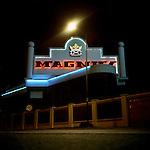 """Buenos Aires, Argentina. Nacho vende choripan, panini con salsiccia, di fronte all'aeroporto urbano di Buenos Aires """"Aeroparque"""". Lavora prevalentemente di notte. Spesso, all'alba, tornando a casa, fa una tappa al """"Magnus"""", l'albergue transitorio che frequenta e che si trova sulla Panamericana, l'immensa autostrada che attraversa Buenos Aires."""
