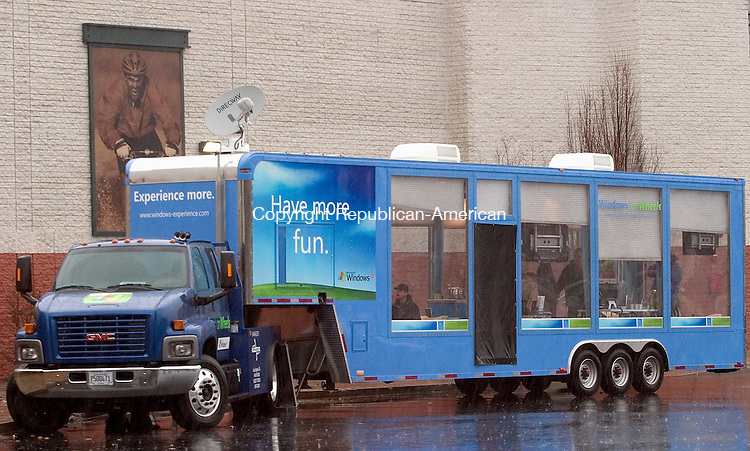 MERIDEN, CT - 28 November 2004 - 112804TH05 -   The Windows on Wheels (WOW) glass trailer showcasing Microsoft and industry partner products made an appearance at the Westfield Shoppingtown Mall in Meriden Sunday to demonstrate the latest technology for today's digital home. Todd Hougas photo