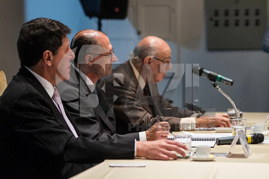 SÃO PAULO, SP - 30.09.2013: CERIMÔNIA DE POSSE E PRIMEIRA REUNIÃO DE TRABALHO DO CONSELHO SUPERIOR DE GESTÃO EM SAÚDE DO ESTADO DE SP - O Secretário da Saúde David Uip, Governador de São Paulo, Geraldo Alckmin e  o Ministro Adib Jatene durante a Cerimônia de posse e primeira reunião de trabalho do Conselho Superior de Gestão em Saúde do Estado de SP, que ocorre no Palácio dos Bandeirantes, bairro do Morumbi região Sul de São Paulo nesta segunda-feira (30). (Foto: Marcelo Brammer/Brazil Photo Press)