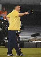 BARRANQUIILLA -COLOMBIA-03-07-2013. Calixto Chiquillo técnico de Uniauntónoma gesticula durante partido con Independiente Santa Fe por la fecha 16 de la Liga Postobón II 2014 jugado en el estadio Metropolitano de la ciudad de Barranquilla./ Calixto Chiquillo coach of Uniautonoma gestures during the match against Independiente Santa Fe for the 16th date of the Postobon League II 2014 played at Metropolitano stadium in Barranquilla city.  Photo: VizzorImage/Alfonso Cervantes/STR