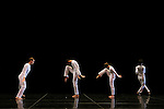 SOLO OLOS (1976 &ndash; 12 min)<br /> <br /> Chor&eacute;graphie Trisha Brown<br /> Lumi&egrave;res Hillery Makatura<br /> Avec en alternance Marc Crousillat, Olsi Gjeci, Tara Lorenzen, Jamie Scott, Stuart Shugg<br /> Lieu : Th&eacute;&acirc;tre de Chaillot<br /> Ville : Paris<br /> Date : 04/11/2015<br /> &copy; Laurent Paillier / photosdedanse.com