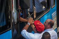 SÃO PAULO, SP, 28.10.2014-PROTESTO PELA MORTE DO MOTORISTA  - A familía de John Carlos comparece ao protesto. Motoristas e cobradores realizam ato em protesto a morte do motorista John CarlosSoares Brandão. O protesto acontece na tarde desta terça-feira (28), na região central de São Paulo. (Foto: Taba Benedicto/ Brazil Photo Press)