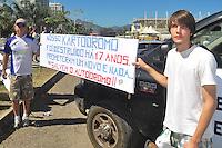 RIO DE JANEIRO, RJ, 25 DE AGOSTO 2012 - MANIFESTAÇÃO PÚBLICA SOS AUTÓDROMO/RJ - Manifestantes durante o Ato SOS Autódromo do Rio de Janeiro, que contou com a presença do candidato à Prefeitura Marcelo Freixo (PSOL), na tarde deste sabado, 25. FOTO BRUNO TURANO  BRAZIL PHOTO PRESS