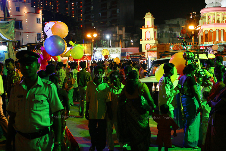 10.10.2005 Calcutta(West Bengale)<br /> <br /> People visiting ephemerals temples during Durga puja.<br /> <br /> Personnes visitant les temples éphemeres pendant la Durga puja.