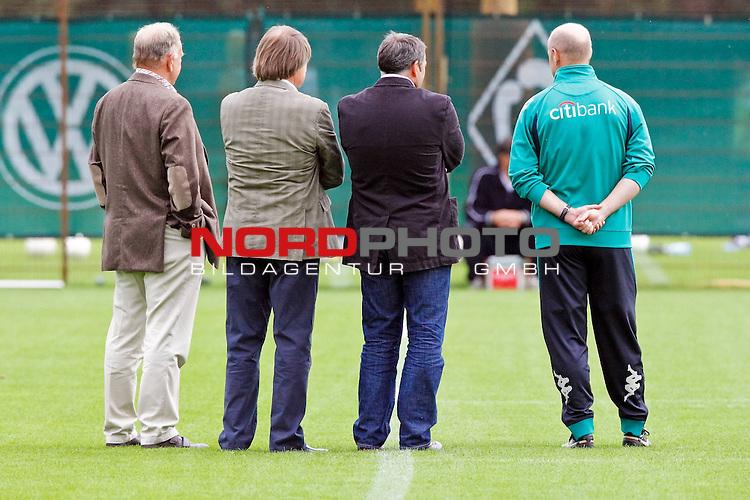 FBL 2008/2009 Training SV Werder Bremen 14.08.2008<br /> <br /> J&uuml;rgen L. Born (Gesch&auml;ftsf&uuml;hrung Finanzen und &Ouml;ffentlichkeitsarbeit Werder Bremen), Hans Schulze (Aufsichstrat Werder Bremen), Klaus Allofs (Gesch&auml;ftsf&uuml;hrer Profifu&szlig;ball Werder Bremen) und Thomas Schaaf (Trainer / Coach Werder Bremen) im GEspr&auml;ch und beobachten das Training.<br /> <br /> Foto &copy; nph (  nordphoto  ) *** Local Caption ***