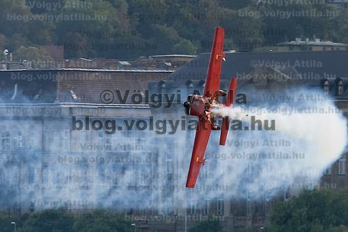 0708193790a Red Bull Air Race international air show qualifying runs over the river Danube, Budapest preceding the anniversary of Hungarian state foundation. Hungary. Sunday, 19. August 2007. ATTILA VOLGYI