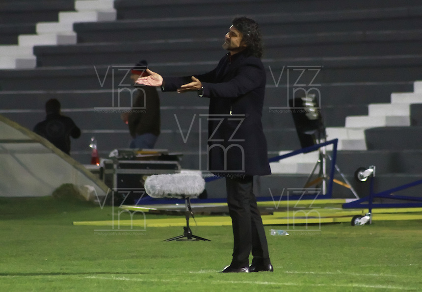 TUNJA  - COLOMBIA - 15-10-2015: Leonel Alvarez director tecnico del Independiente Medellin en  accion el Boyaca Chico durante partido aplazado de la octava fecha de la liga Aguila 2015 jugado en el estadio la Independencia.  / Leonel Alvarez coach of Independiente Medellin in actions agaisnt of Boyaca Chico the postponed match  during the eigth round of the 2015 league Aguila played at Independence Stadium. Photo: VizzorImage / Cesar Melgarejo / Contribuidor