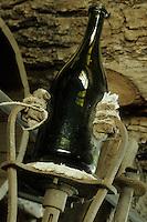 Europe/France/Champagne-Ardenne/51/Marne/Hautvillers: Musée Dom Perignon / Moet à l' église Abbatiale  , ou le  moine Dom Perignon decouvrit  l'élaboration du champagne -  Anciennes bouteilles de Champagne dans la verrerie