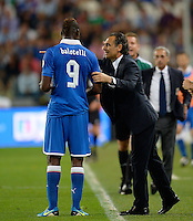 Fussball International  WM Qualifikation 2014   10.09.2013 Italien - Tschechien Trainer Cesare Prandelli (re, Italien) im Gespraech mit Mario Balotelli (Italien)