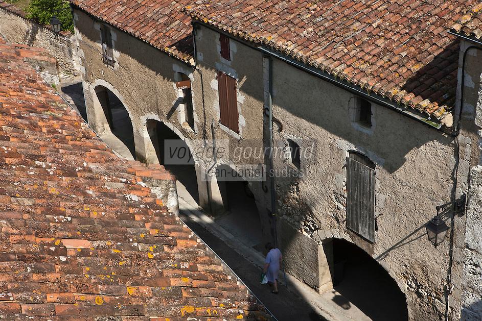 Europe/France/Midi-Pyrénées/32/Gers/Valence-sur-Baïse: Les ruelles du village et les arcades vues la tour de l'église