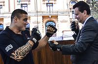 ATENCAO EDITOR IMAGEM EMBARGADA PARA VEICULOS INTERNACIONAIS - SAO PAULO, SP, 28 DEZEMBRO 2012 - O prefeito Gilberto Kassab (D) e o lutador Daniel Serafian (E)  durante cerimonia onde se oficializou o apoio municipal aos eventos do UFC em Sao Paulo, no gabinete do prefeito, regiao central, na tarde desta sexta feira, 28. (FOTO: ALEXANDRE MOREIRA / BRAZIL PHOTO PRESS).