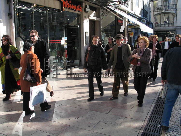 *** EXCLUSIVE Coverage ***.Woody Allen with his wife Soon-Yi Previn.taking a walk seeing the sights of Lisbon, Portugal..Debember 30, 2004.( buying / eating hot chestnuts with his siter Letty Aronson and their chef Richard Pedrina ).© Walter McBride /